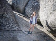 Młoda kobieta wycieczkowicz w skalistym jarze fotografia stock
