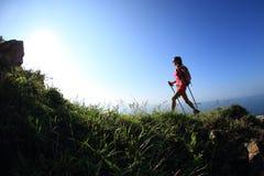 Młoda kobieta wycieczkuje na nadmorski górze Zdjęcia Stock