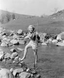 Młoda kobieta wycieczkuje przez strumienia woda (Wszystkie persons przedstawiający no są długiego utrzymania i żadny nieruchomość Zdjęcie Stock