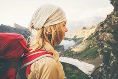 Młoda Kobieta wycieczkuje samotnego podróż stylu życia pojęcie z czerwonym plecakiem Fotografia Stock