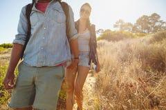 Młoda kobieta wycieczkuje w górze z jej chłopakiem Fotografia Stock