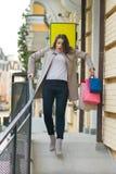Młoda kobieta wynika sklep i wśliznął fotografia stock