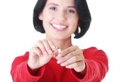 Młoda kobieta z łamanym papierosem. Zdjęcia Stock
