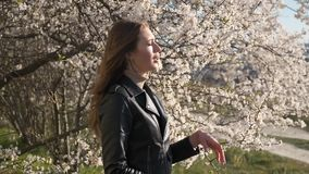 Młoda kobieta z alergia objawami, kichnięcie, dmucha jej nos, wiosny zwolnione tempo zbiory wideo