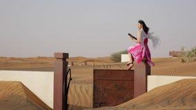 Młoda kobieta z aniołem uskrzydla w pustyni zdjęcie wideo