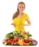 Młoda kobieta z asortowanymi sklepów spożywczych produktami na bielu Zdjęcia Royalty Free
