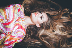 Młoda kobieta z bardzo tęsk blondynka włosy kłama puszka studia strzał Zdjęcia Royalty Free