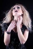 Młoda kobieta w czerni sukni Fotografia Stock