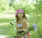 Młoda kobieta i kwiaty Zdjęcie Stock