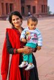 Młoda kobieta z chłopiec pozycją przy Fatehpur Sikri kompleksem w Utt Zdjęcia Royalty Free
