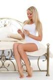 Młoda kobieta z ciążowym testem. zdjęcia royalty free