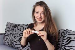 Młoda kobieta z ciążowym testem szczęście zostać matką zdjęcie royalty free