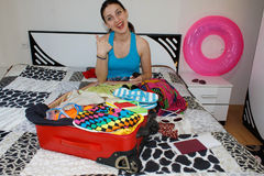Młoda kobieta z Czerwoną walizką, wycieczkami i odtwarzaniem, turystyka Dziewczyna i walizka piękny żeński turysta z podróży wali zdjęcie royalty free