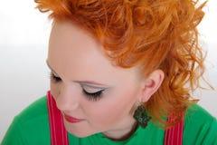 Młoda kobieta z czerwonym włosy i splendoru makijażem Obraz Stock