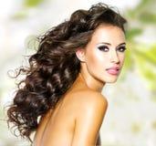 Młoda kobieta z długich hairs jaskrawym makeup Fotografia Royalty Free