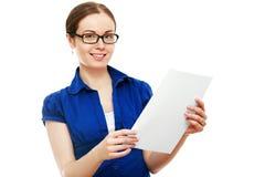 Młoda kobieta z długie włosy obsiadaniem w nadokiennego siedzenia czytaniu Obraz Royalty Free