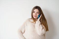 Młoda kobieta z długie włosy opowiadać na telefonie zdjęcie stock