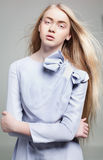Młoda kobieta z długim blondynka włosy w mody sukni Zdjęcie Stock