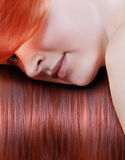 Młoda kobieta z długim czerwonym włosy. Zdjęcia Royalty Free