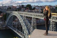 Młoda kobieta z dreadlocks bierze obrazki na viewing platformie naprzeciw Dom Luis przerzucam most przez Douro rzekę w Porto Obraz Royalty Free