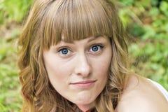 Młoda kobieta z dużymi wyłupiastymi niebieskimi oczami zdjęcia stock