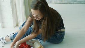 Młoda kobieta z dwa domowymi szczurami zbiory wideo