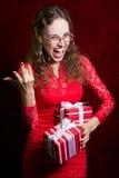 Młoda kobieta z dwa paskował prezentów pudełek wrzaski Obraz Royalty Free