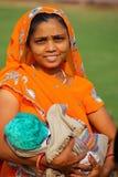 Młoda kobieta z dziecko pozycją w Agra forcie, Uttar Pradesh, Wewnątrz Obraz Royalty Free
