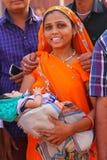 Młoda kobieta z dziecko pozycją w Agra forcie, Uttar Pradesh, Wewnątrz Obrazy Royalty Free