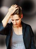Młoda kobieta z eleganckim krótkim włosy i czarną bluzką Zdjęcie Royalty Free