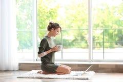 Młoda kobieta z filiżanką aromatyczna kawa zdjęcia royalty free