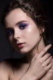 Młoda kobieta z fiołkowym makijażem Zdjęcie Royalty Free