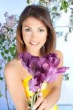młoda kobieta z fiołkowym tulipanowym kwiatem obraz stock