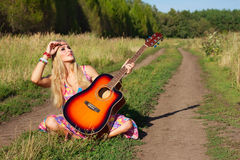 Młoda kobieta z gitarą Obraz Royalty Free