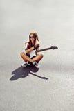 Młoda kobieta z gitarą elektryczną - outdoors fasonuje portret Zdjęcia Stock