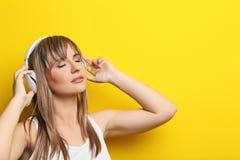 Młoda kobieta z hełmofonami Zdjęcia Stock