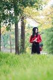 Młoda kobieta z hełmofonami Stokrotka, wolność zdjęcie royalty free