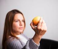 Młoda kobieta z jabłkiem Obrazy Royalty Free