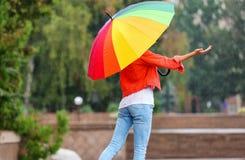 Młoda kobieta z jaskrawym parasolem obrazy royalty free