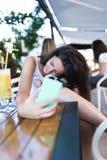 Młoda kobieta z jej psem w kawiarnia barze fotografia stock