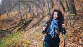 Młoda kobieta z kędzierzawym włosy na scandinavian spacerze w lasowej kobiecie dostaje wokoło zatoczki zdjęcie wideo