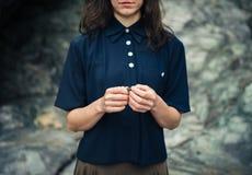 Młoda kobieta z kamieniem skałami Obrazy Royalty Free
