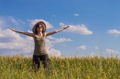 Młoda kobieta z kapeluszem cieszy się naturę odizolowywająca pojęcie czarny wolność Zdjęcie Stock
