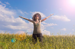 Młoda kobieta z kapeluszem cieszy się naturę odizolowywająca pojęcie czarny wolność Zdjęcie Royalty Free