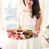 Młoda kobieta z karmowym półmiskiem Zdjęcia Royalty Free