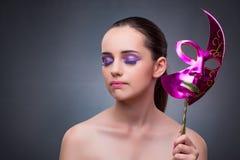 Młoda kobieta z karnawał maską zdjęcia stock