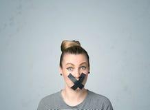 Młoda kobieta z kleiącym usta Zdjęcie Royalty Free