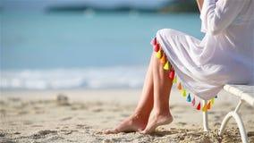 Młoda kobieta z koktajlem na biel plaży obsiadaniu na sunbed Zbliżenie koktajlu smakowity tło morze zdjęcie wideo
