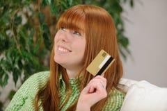 Młoda kobieta z kredytowej karty ja target624_0_ Obraz Stock
