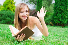 młoda kobieta z książką na trawie Fotografia Royalty Free
